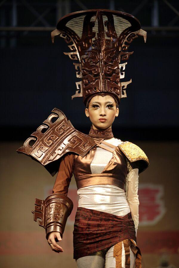 Модель в частично сделанном из шоколаде наряде во время модного показа в Шанхае, 15 декабря 2011 года. - Sputnik Латвия