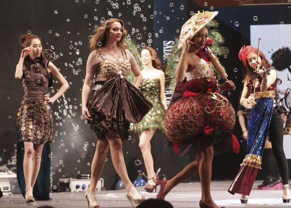 Модели в частично сделанных из шоколада нарядах на показе в рамках ежегодной выставки-ярмарки международной шоколадной индустрии в Сеуле, 16 января 2014 года. - Sputnik Латвия