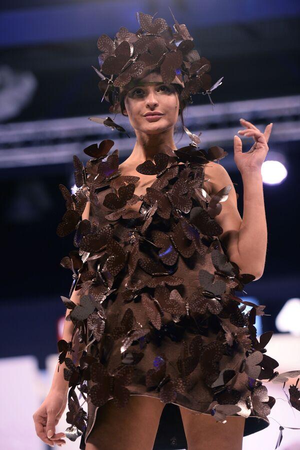 Модель демонстрирует платье, изготовленное из шоколада на пятом Московском салоне шоколада в Экспоцентре. - Sputnik Латвия