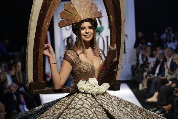 Модель в платье из шоколада на показе в рамках шоколадной ярмарки в Бейруте, 8 ноября 2018 года.  - Sputnik Латвия
