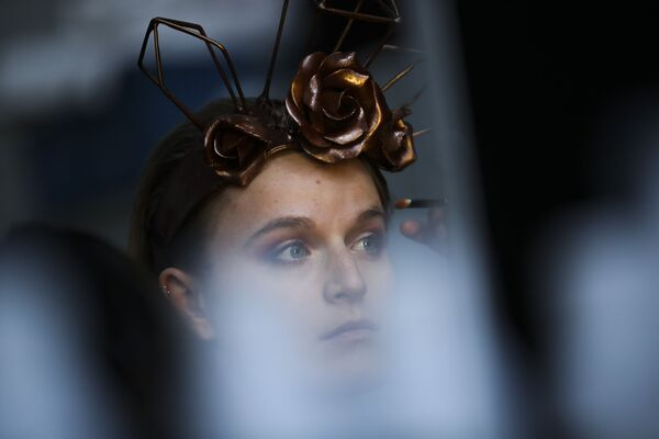 Нанесение макияжа за кулисами во время показа мод на ежегодном фестивале шоколада в Брюсселе, 14 февраля 2020 года. - Sputnik Латвия