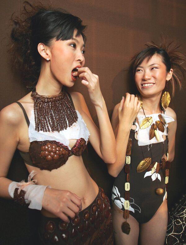 Модели в одежде и украшениях, покрытых шоколадом, за кулисами перед показом мод на открытии выставки Salon Du Chocolat в Пекине, 10 июня 2005 года. - Sputnik Латвия