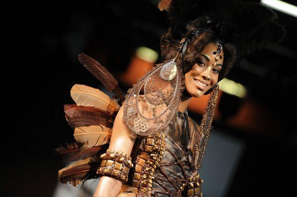 Модель представляет платье из шоколада на выставке шоколада в Бордо, 15 марта 2013 года. - Sputnik Латвия