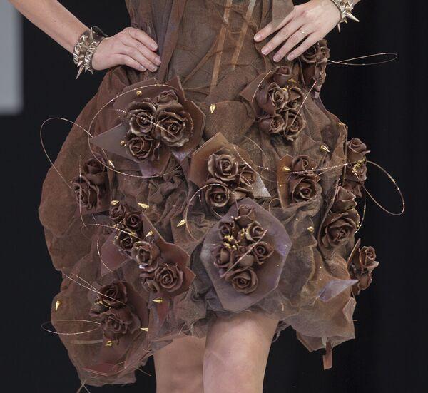 Платье из шоколада во время показа в рамках 19-й Всемирной выставки шоколада, Париж, 29 октября 2013 года. - Sputnik Латвия