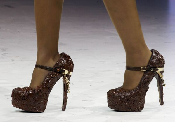 Туфли из шоколада во время показа в рамках 19-й Всемирной выставки шоколада, Париж, 29 октября 2013 года. - Sputnik Латвия