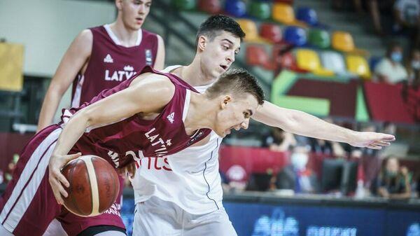 Игрок юниорской сборной Латвии по баскетболу Родийс Мачоха на матче против Сербии   - Sputnik Латвия