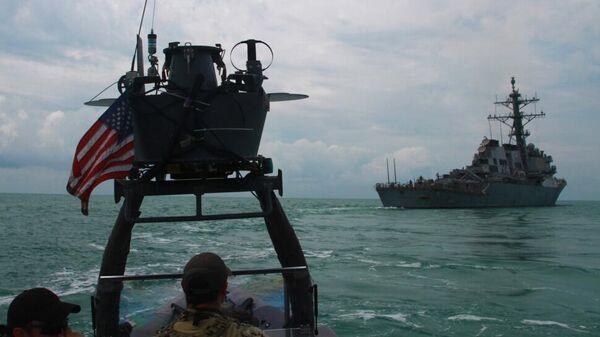 Эсминец ВМС США USS Carney во время учений в Черном море - Sputnik Latvija