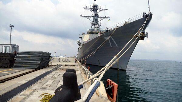 Эсминец ВМС США Росс, участвующий в первом этапе морской фазы военных учений Sea Breeze-2021, у причала в Одессе - Sputnik Latvija
