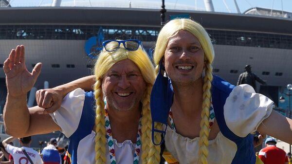 Болельщики сборной Швеции перед началом матча 2-го тура группового этапа чемпионата Европы по футболу 2020 между сборными Швеции и Словакии. - Sputnik Латвия