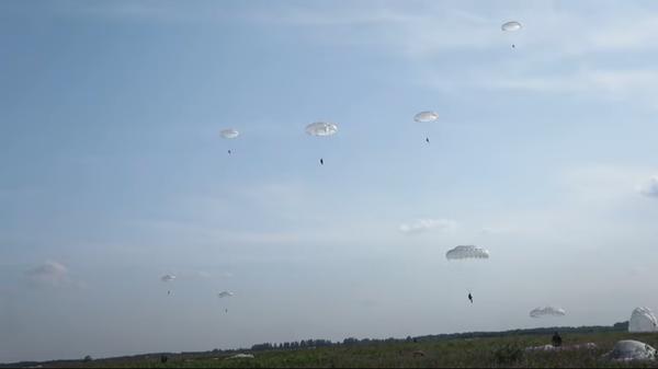 Как проходят учения российских десантников - Sputnik Латвия