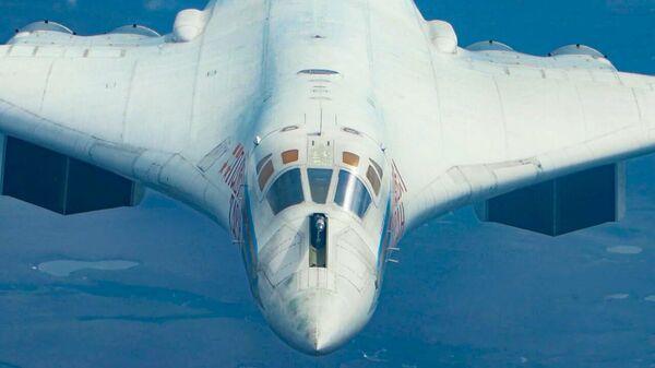 Воздушная дозаправка ракетоносцев Ту-160 в ходе перелета с Чукотки в Саратовскую область  - Sputnik Latvija