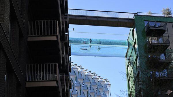 Висящий в воздухе бассейн Sky Pool в Лондоне - Sputnik Latvija