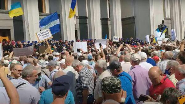 Полиция на Украине применила слезоточивый газ против пенсионеров - Sputnik Латвия