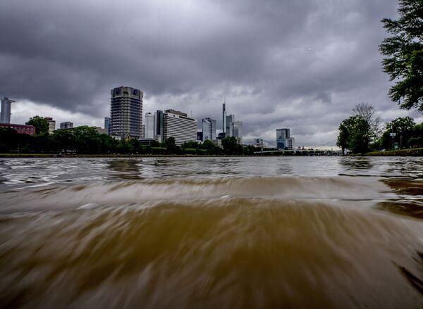 Из-за обильных дождей река Майн во Франкфурте вышла из берегов. 14 июля 2021 года. - Sputnik Латвия
