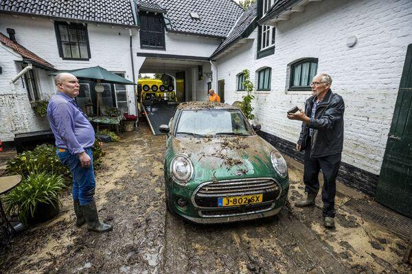 Жители Херлена в Нидерландах пытаются разобраться с последствиями мощного ливня. 14 июля 2021 года. - Sputnik Латвия