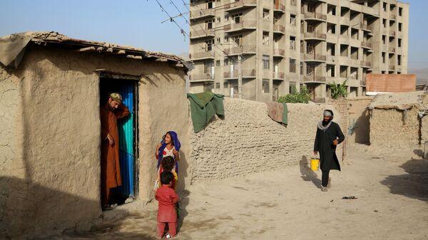 Люди во временном лагере для пострадавших в результате боевых действий, на одной из улиц Кабула - Sputnik Latvija