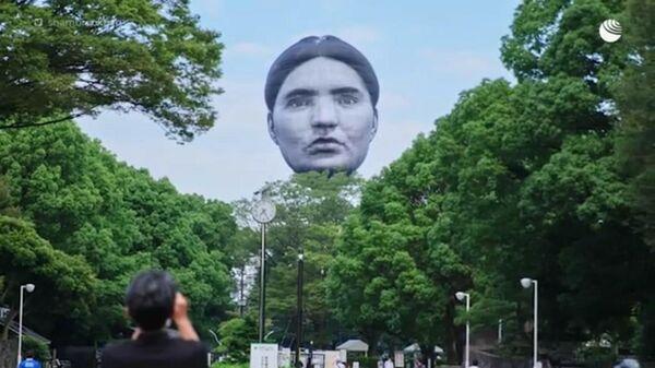 В Токио над парком запустили воздушный шар в форме гигантской человеческой головы.  - Sputnik Latvija