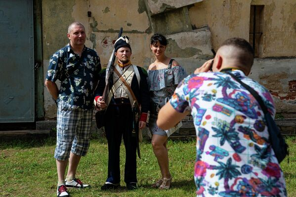 Многие фотографировались с участниками реконструкции. - Sputnik Латвия