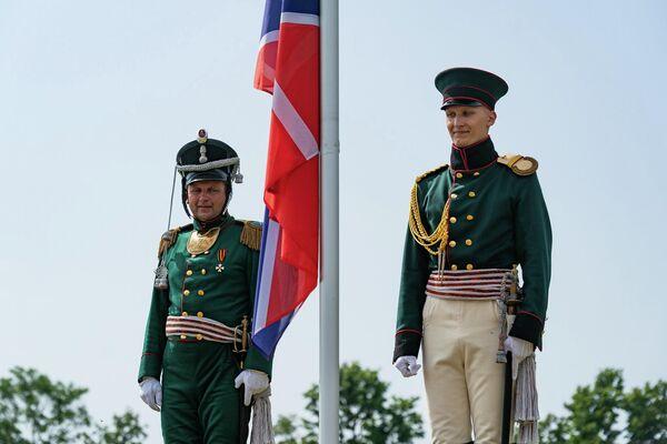 Гости могли наблюдать торжественную церемонию  поднятия крепостного флага и открытия Николаевских ворот. - Sputnik Латвия
