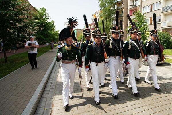 Участники реконструкции маршируют. - Sputnik Латвия