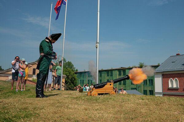 В Даугавпилсе прошла  акция, посвященная 209-й годовщине боевого крещения Динабургской крепости  - Sputnik Латвия