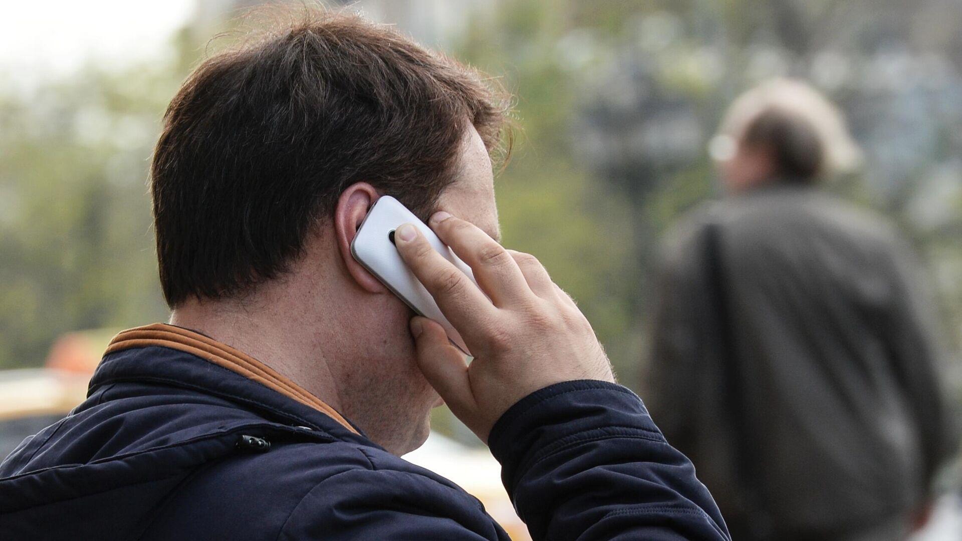 Мужчина говорит по телефону - Sputnik Latvija, 1920, 04.10.2021