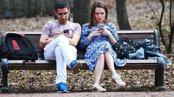 Люди с мобильными телефонами  - Sputnik Latvija