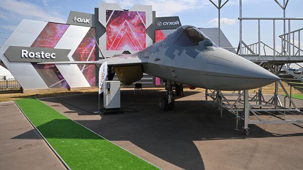 Истребитель пятого поколения Су-57 на МАКС-2021 - Sputnik Латвия