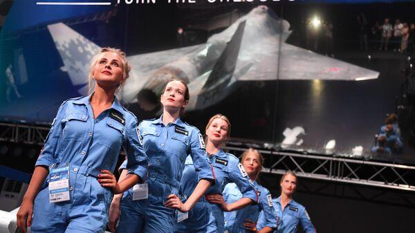 Презентация нового легкого тактического однодвигательного истребителя пятого поколения Chekmate на Международном авиационно-космическом салоне МАКС-2021 - Sputnik Latvija