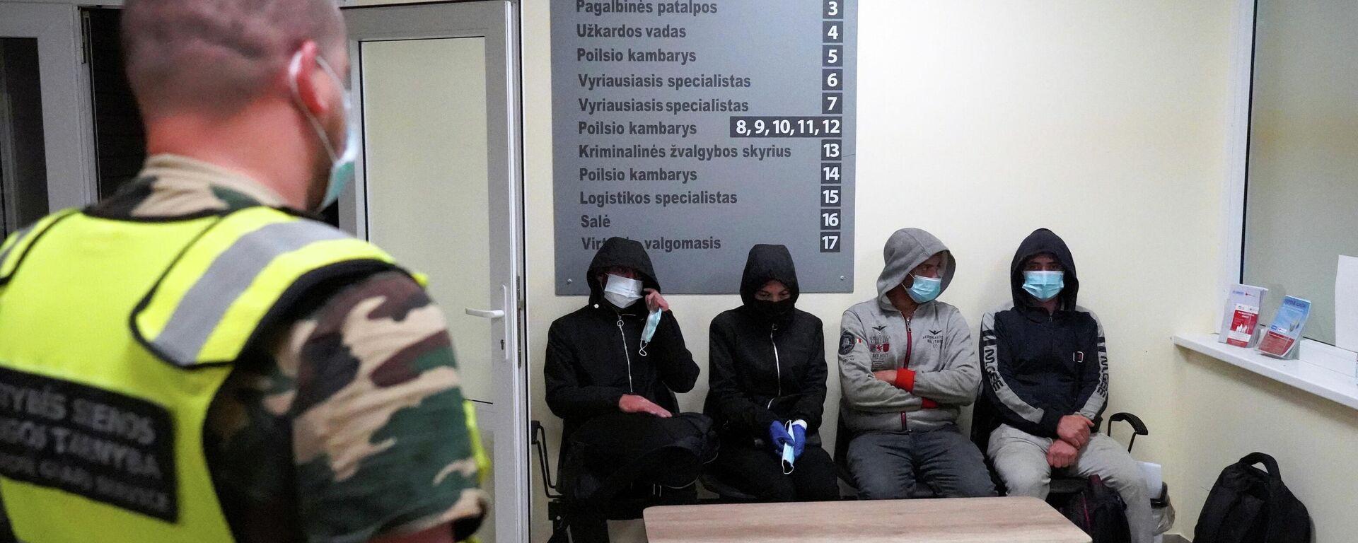 Нелегальные мигранты, задержанные при пересечении белорусско-литовской границы - Sputnik Латвия, 1920, 28.07.2021