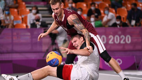 Слева направо: российский спортсмен, член сборной России (команда ОКР) Илья Карпенков и Карлис Ласманис (Латвия) - Sputnik Латвия