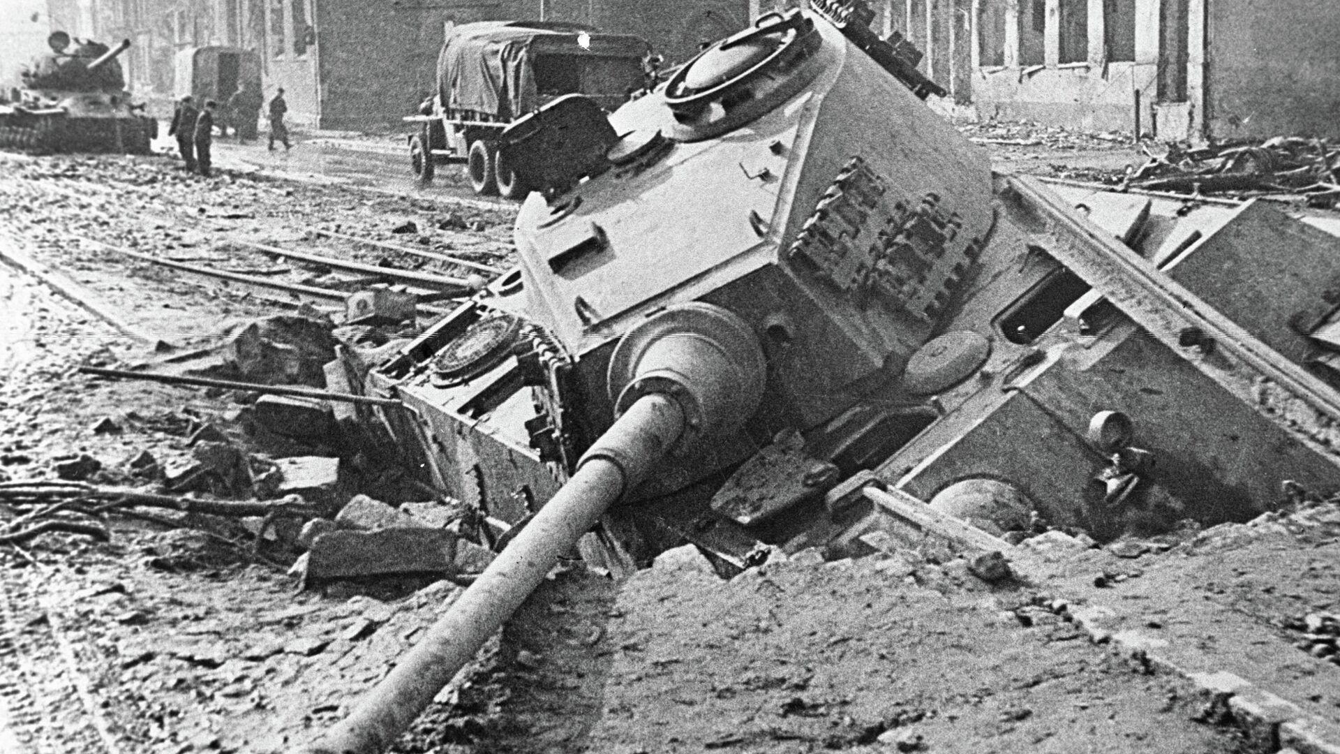 Sašauts vācu armijas tanks Berlīnes ielā - Sputnik Latvija, 1920, 03.08.2021