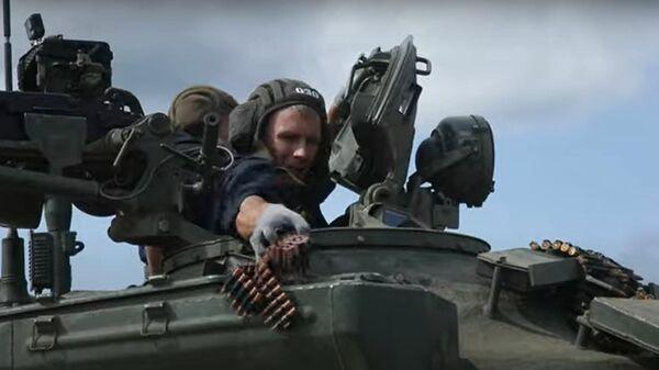 Сосредоточенным огнем - уничтожить: стрельбы псковских танкистов - Sputnik Латвия