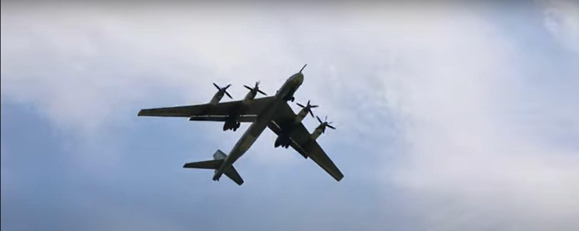 В небе Медведь: дозаправка в воздухе российского Ту-95МС - Sputnik Латвия, 1920, 30.07.2021