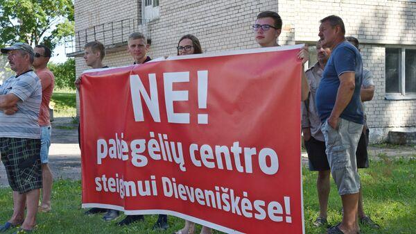 Акция протеста в литовском Девенишкесе против строительства центра для мигрантов - Sputnik Латвия