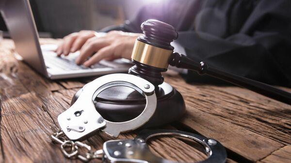 Молоток и наручники на столе у судьи - Sputnik Латвия