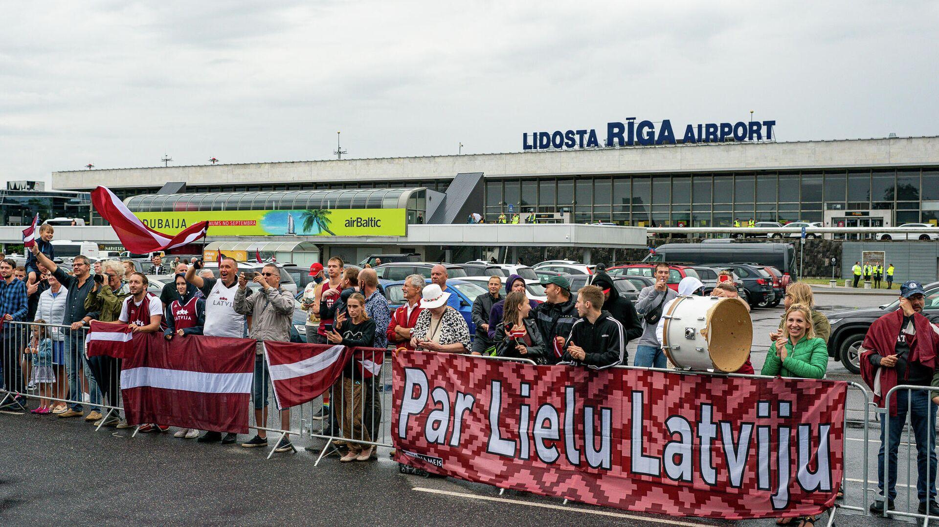 Латвийских баскетболистов встречают в аэропорту Риги - Sputnik Латвия, 1920, 19.08.2021