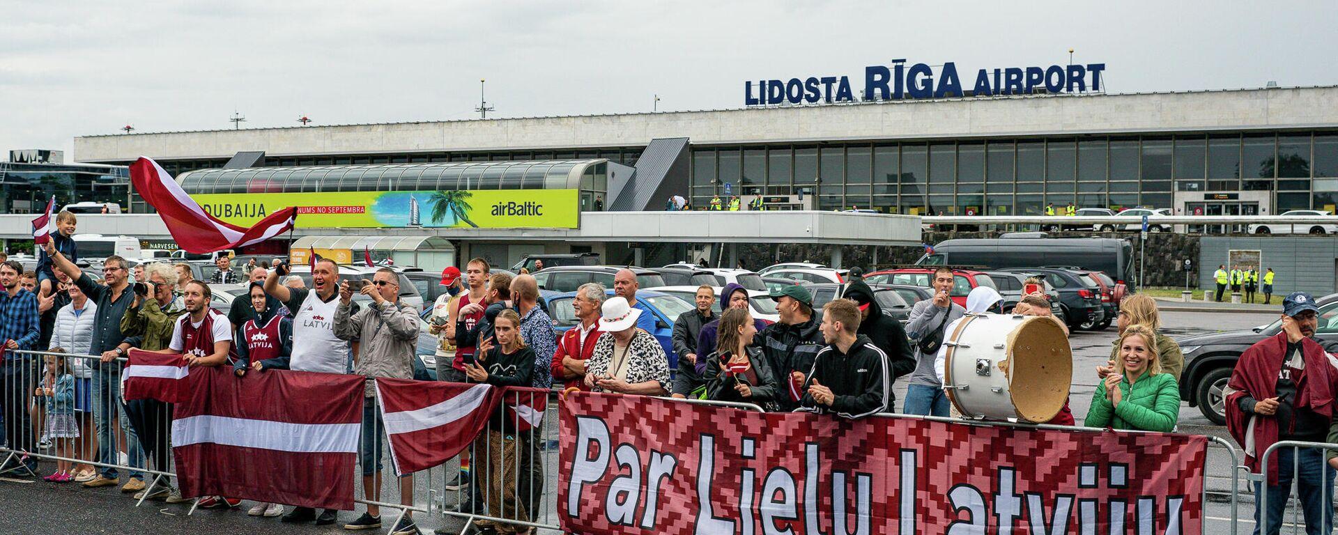 Латвийских баскетболистов встречают в аэропорту Риги - Sputnik Латвия, 1920, 31.07.2021
