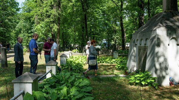 Представители Русского союза возложили цветы к братской могиле русских воинов погибших при защите Риги в Первой мировой войне - Sputnik Латвия