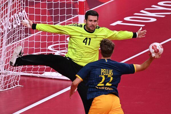 Portugāles komandas vārtsargs Gustavo Kapdevils un Lukass Pellass no Zviedrijas rokasbumbas mačā Olimpiskajās spēlēs - Sputnik Latvija