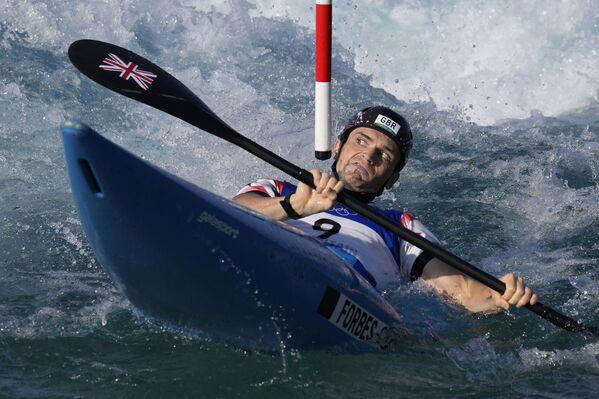 Brits Bredlijs Forbs-Kraians cītīgi airē slalomā vasaras Olimpiskajās spēlēs - Sputnik Latvija