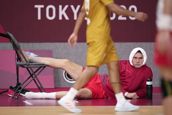 Dānis Lasse Andersons novēro spēli pēc traumas, ko guva rokasbumbas mačā vasaras Olimpiskajās spēlēs - Sputnik Latvija