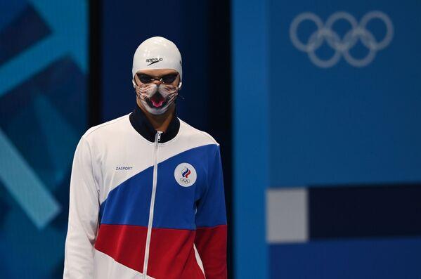 Krievijas sportists Jevgēņijs Rilovs pirms starta finālā 100 metru distancē uz muguras vīriešiem - Sputnik Latvija