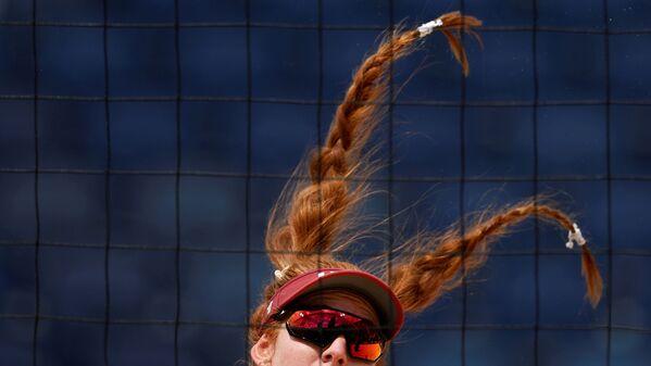Amerikāņu sportistes Kellijas Klāsas dinamiskā frizūra demonstrē akrobātikas brīnumus pludmales volejbola mačā ar Latviju - Sputnik Latvija