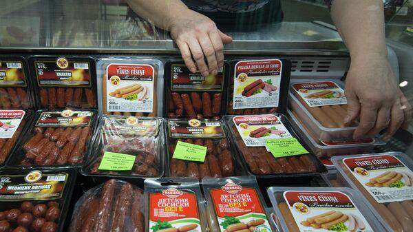 Мясная продукция из Латвии на прилавке в одном из продуктовых магазинов Москвы - Sputnik Латвия