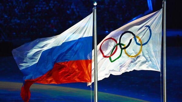 Флаг России и олимпийский флаг - Sputnik Латвия