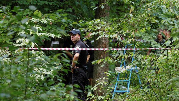 Сотрудники полиции осматривают место, где 3 августа был найден мертвым Виталий Шишов  - Sputnik Latvija