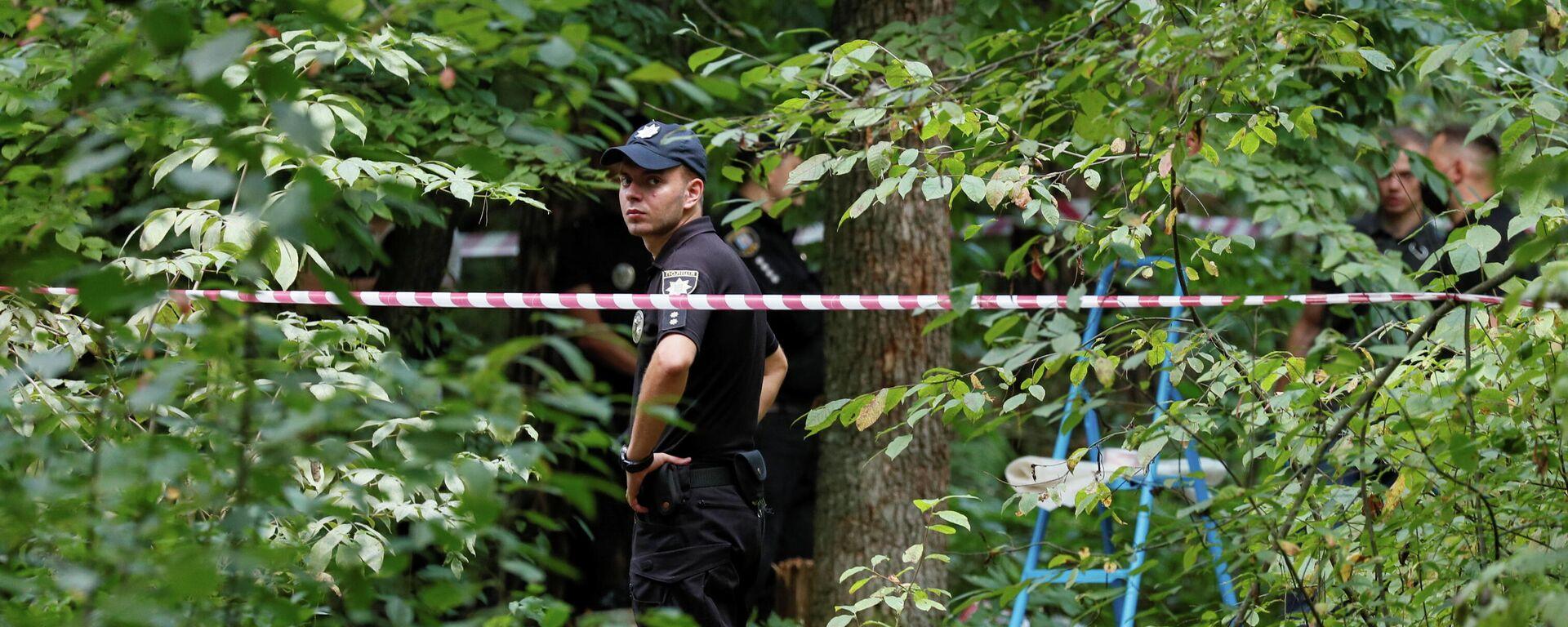 Сотрудники полиции осматривают место, где 3 августа был найден мертвым Виталий Шишов  - Sputnik Латвия, 1920, 04.08.2021