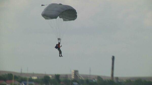 Военнослужащие Десантно-штурмовых войск совершили прыжки с парашютом на воду - Sputnik Latvija