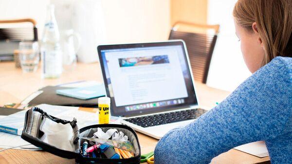 Девочка за компьютером - Sputnik Латвия